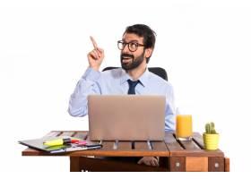 办公室里的一位商人在思考白色背景_1184111