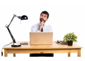 办公室里的一位生意人在想_1201883