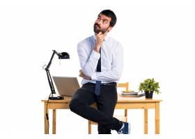 办公室里的一位生意人在想_1201925