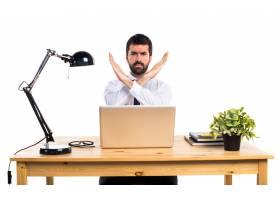 办公室里的一位生意人没有做任何手势_1201875