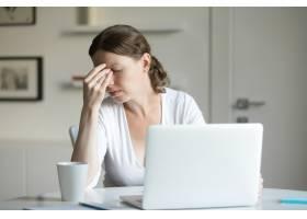 办公桌前的女人肖像手持笔记本电脑手放_1281130