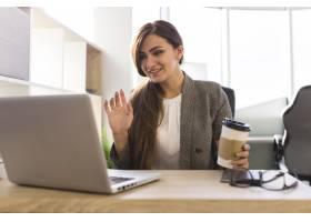 办公桌前的女商人正在进行视频通话_10338255