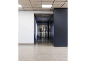 办公楼里空荡荡的走廊_10821541