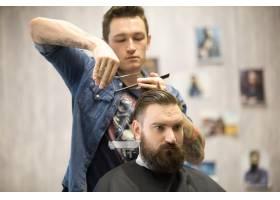发型师为男性客户理发_1281023
