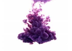 一滴紫色的油漆落在水面上_995089