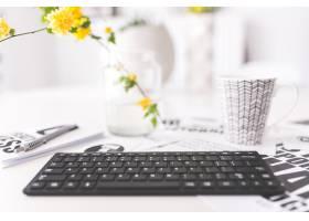 一种带黄花和杯子的键盘_959217
