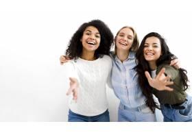 一群成年女性一起微笑_7075998