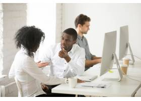 嚴肅的非洲裔美國同事在工作場所一起討論項_3955360