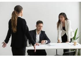 不同的同事在办公室里为不准时或错过最后期_3952601