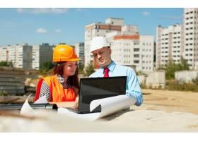 两个建筑工人在建筑工地上工作_1631696