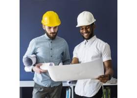 兩名男性工程師看著藍圖_2593015