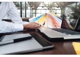 书桌上的平面设计色板和钢笔使用作业工_1211569