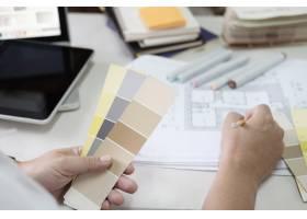 书桌上的平面设计色板和钢笔使用作业工_1235470