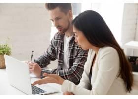 亚洲和高加索同事一起使用笔记本电脑讨论任_3939763