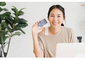 亚洲美女用电脑或笔记本电脑网购_3441242