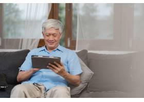 亚洲老年人在家使用平板电脑亚洲老年中国_5820821