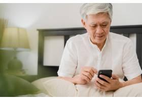 亚洲老年男性在家中使用手机亚裔老年华裔_5820713