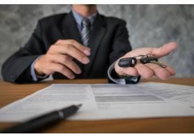 交通和拥有权概念有车钥匙的顾客和推销员_1203160