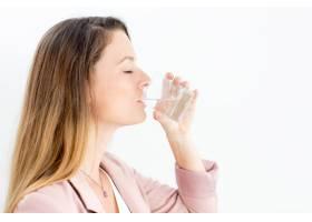 享受饮用水的年轻女商人_1305822