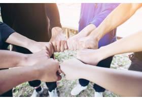 人们在工作中携手合作人类承诺的概念_4351302
