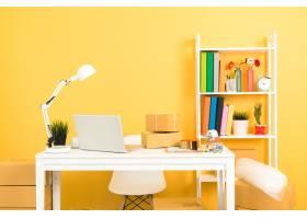 企业主在家庭办公室包装工作_5448492