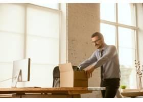 一位年轻的商人搬进了办公室找到了新的工_11530121