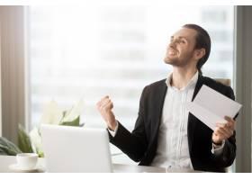一位对工作成就感到兴奋的企业家_4013288