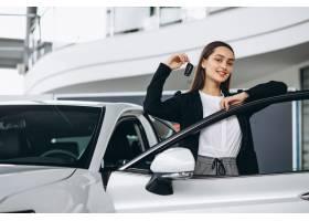 一名女子在汽车展厅选车_5852270