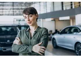 一名年轻女子在汽车展厅选车_12804134