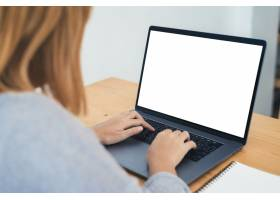 一名年轻的亚洲女性在模拟白屏笔记本电脑上_3517446
