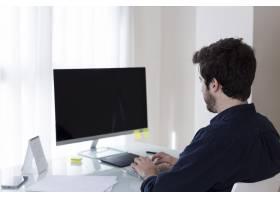 一名男子在辦公室里瀏覽電腦_2461303