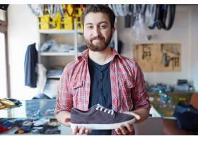 一名男子拿著他的新運動鞋_858317