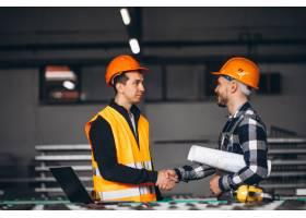 一家工厂的两位同事_4410525