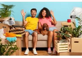幸福多样的家庭夫妇挥舞室内镜头坐在舒适_12495910