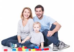 幸福微笑的年轻父母与婴儿玩耍的肖像孤立_11554643