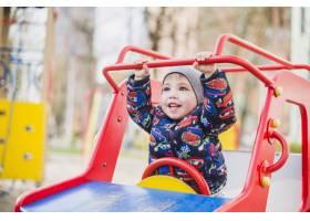 孩子们在外面的操场上玩耍_2349546