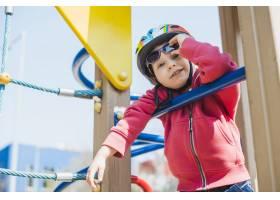 孩子们在外面的操场上玩耍_2349573