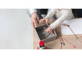 孩子和父亲在家里画画的角度很高_7089419