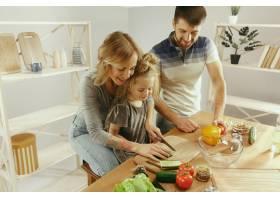 可爱的小女孩和她漂亮的父母在家里的厨房里_11161107
