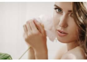 可爱的年轻女子在她面前捧着白花_2612733