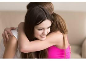 两个幸福的年轻女子见面时拥抱在一起_3938856