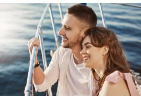两个相爱的漂亮夫妻坐在船头拉着扶手_9118012