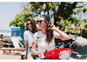 两个穿着白色T恤戴着墨镜的漂亮年轻女子_13160259