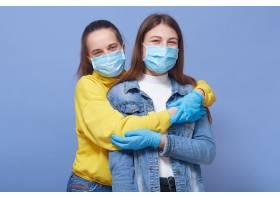 两位朋友心情很好戴医用口罩和手套_9082418