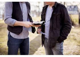 两名男性站在一起朗读圣经的特写镜头_9077271