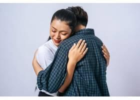 两对女性情侣站着互相拥抱_10040808