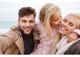 一个带着小女儿玩耍的幸福家庭的肖像_7337385