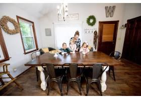 一个幸福的家庭吃巧克力片喝牛奶的特写镜头_13061833