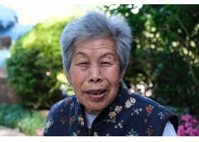 一位年长的中国妇女在公园里摆姿势_10860839