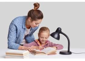 小孩子在笔记本上重写信息露出高兴的表情_8761266